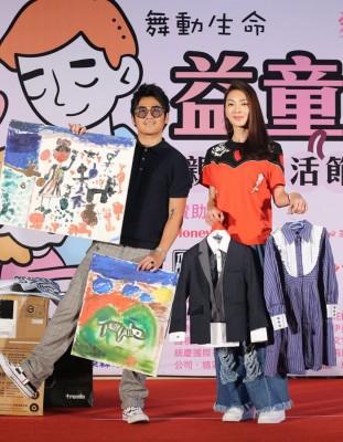 曹格同家吴速玲到公益活动,拿儿女的画作与衣物义卖。