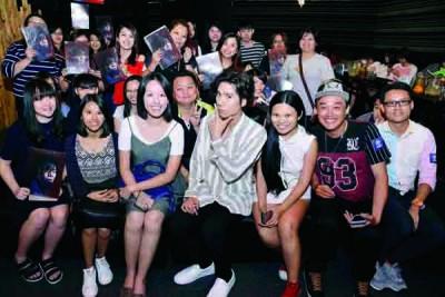 潘裕文透露希望来马开办个人演唱会时,获现场歌迷一片掌声,外为专门感歌迷一路很忠陪伴。