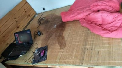 警方赶到时,发现阿强的身体情况极差,甚至床上遗有已干涸的尿渍。