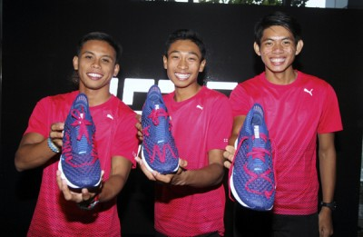 (左起)巴德鲁希山、凯鲁哈菲兹和郭利扬展示彪马新鞋。