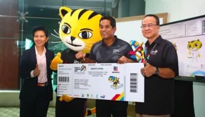 凯里(中)为东运会门票发售主持推介礼;左起为大马奥理会秘书长拿督刘姳助及吉隆坡东运会组委会(Masoc)首席执行员拿督斯里朱基菲利斯。