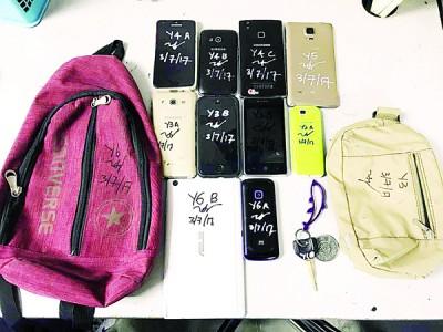 在救人行动中,警方起获各种物品。