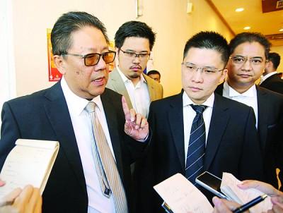 范新麟(左)向媒体发表谈话,左起德仁纳杜、黄家和及李存孝。