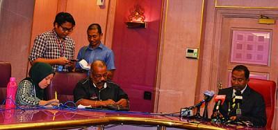 赞比里(右)召开新闻发布会强调州政府反对九屿岛列为海洋公园的建议。