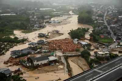 南玛都台风带来狂风暴雨,九州多地变成泽国。(法新社照片)