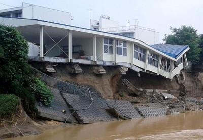 多处发生山泥倾泻。(法新社照片)