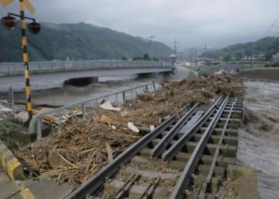 火车轨道亦遭洪水冲断。