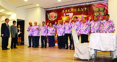 峇株巴辖刘氏公会乐龄组首届理事宣誓就职,刘利民(左起)及刘扬斌监誓。