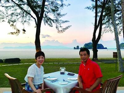 两夫妇于去年12月到浮罗交怡旅游,被当地的美丽海景深深吸引了。