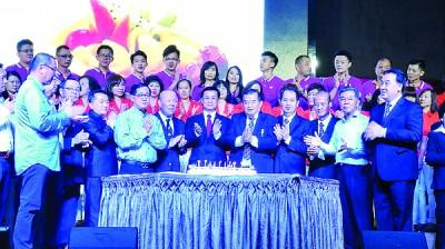 陈成龙(左4起)、刘文丰、方天兴与蔡永福其他该会职要和嘉宾切蛋糕庆贺。