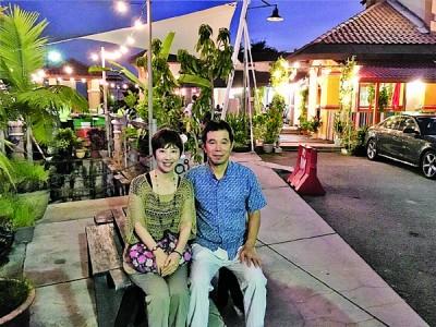 去年8月,丰村隆夫妇到 QE II 欣赏夜景。