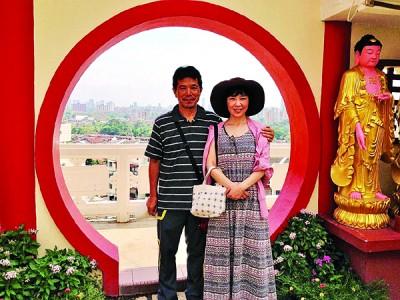 2015年3月,丰村隆夫妇俩前往槟城极乐寺观光,了解多元宗教文化。