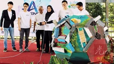 诺丽(左4)主持环保醒觉活动开幕礼。左起是林炜燊、关伟浩、凯鲁阿米尔、钟志强及拉菲迪。