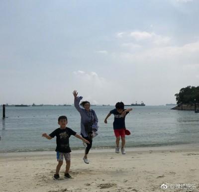 3人在海滩玩得不亦乐乎。