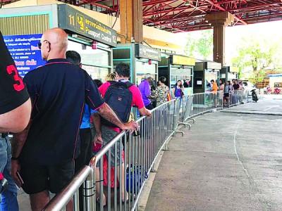 """人潮巅峰时段,游客只要肯付20令吉至30令吉""""小费""""就可快速通关。"""