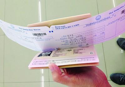 本报记者没受到泰国移民局官员指示,缴付盖护照小费才能过关。