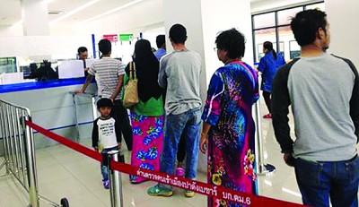 入境泰国的民众也没将钱夹在护照内。