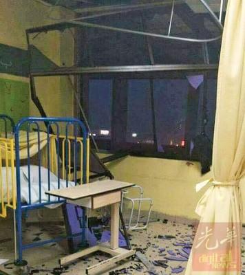 病房的天花板因暴风而坍塌,现场状况相当骇人。