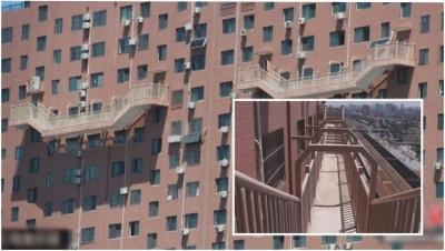 高楼外墙出现50米高空半悬楼梯,路人都直呼心惊胆颤。