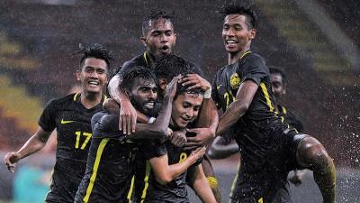 穆哈末达尼亚(中间者)打进致胜球后获得队友雀跃送上热情祝贺。