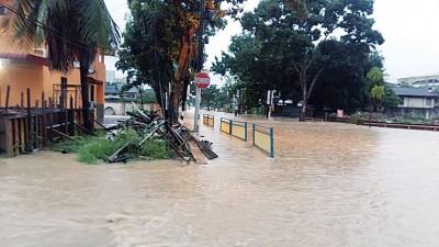 比南利一带于周五早7时左右发生水灾,水淹程度介于100至300公分之间。