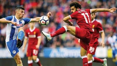 利物浦新援萨拉赫(右)首秀破门,获主帅克洛普赞扬。
