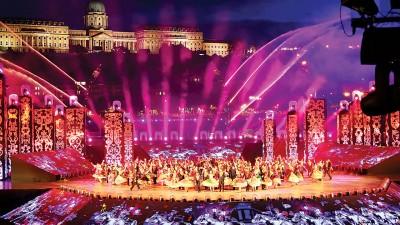 布达佩斯世锦赛开幕式在壮丽的布达皇宫和多瑙河为背景下隆重展开。
