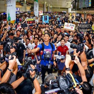 林书豪返抵台湾引球迷追捧。