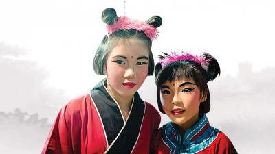 欣怡(左)和欣洁(右)在早前演出时的造型,生动可爱。