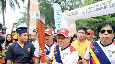 巫统万捷区部署理主席拿督依里斯胡欣博士参与东运会火炬跑活动。