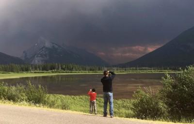 山火引致浓烟蔽天。