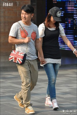 北京、上海及深圳的男人,常帮女友或妻子提手袋。