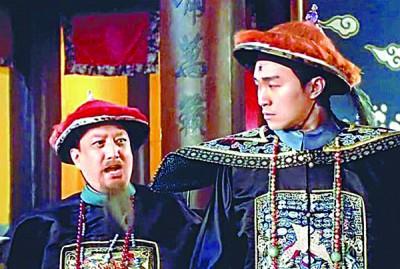 卢雄(左)在《九品芝麻官》中演尚书大人,跟周星驰大斗法。