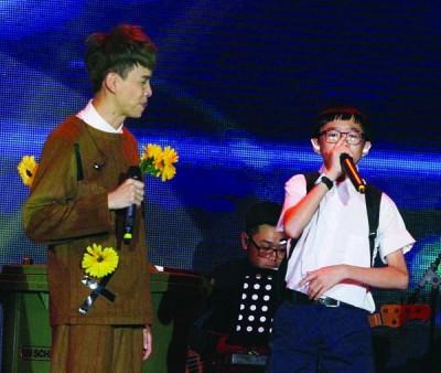 温力铭特地邀来早前到中国参加儿童才艺展示脱口秀《了不起的孩子》小小实况主Simon善文现场秀beatbox。