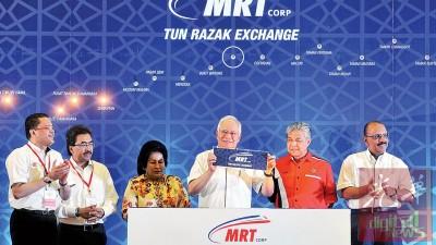 首相纳吉(右3)为双溪毛糯至加影捷运线第二阶段主持启用仪式,右起为政府首席秘书阿里韩沙、副首相阿末扎希。