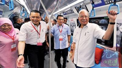 首相纳吉(右起)与交通部长廖中莱等内阁成员一起搭乘捷运,亲身体验这项由他一手倡导的公交计划。