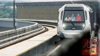 捷运来了!看到了吗?副首相阿末扎希(右),交通部长廖中莱(中)双双站到列车的最前端,为周一开跑的双溪毛糯至加影捷运线作初体验。