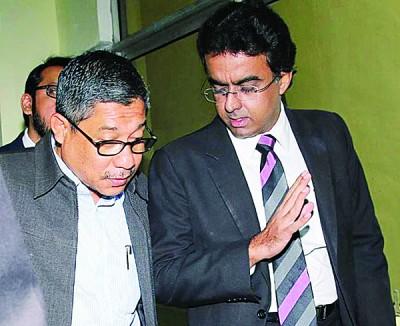 被告阿兹曼(左)与其辩护律师莫哈最终里扎拉欣。