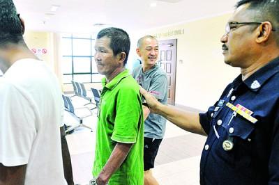 2何谓被告陈瑞兴同邓清达听说后,鉴于庭警押出法庭(人名译音)。