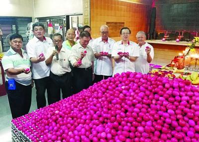 领导林冠英与槟州行政议员彭文宝与林峰变成等人口,为干净新园315阴魂篮啅公庙为义工加油打气。