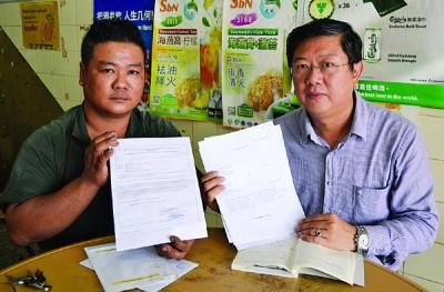 颜敬彪显得选委会批准成为新选民的公函,右为陈国耀。