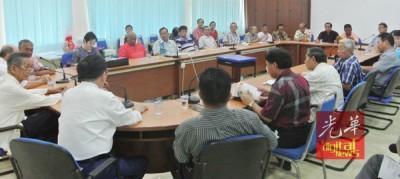 现年4月,董总与玻州10所华小董事会成员交流,右上角右1也吴良平。