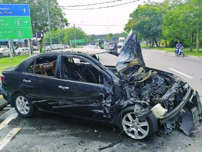 黑色轿车被烧毁。