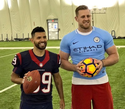 阿奎罗近日和美式橄榄球明星贾斯丁·瓦特(Justin James Watt)互换球衣并合影。
