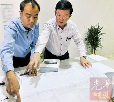 曹观友发布峇六拜轻快铁环境评估报告已起公开亮,左为SRS集团工程经理叶仙德。