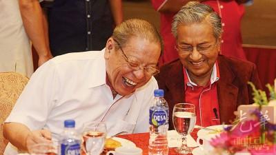 曾不再是敌人的林吉祥(左)以及马哈迪(右),每当运动及谈笑风生,笑得见牙不见眼。