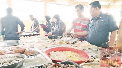 贸消局执法组及价格小组突袭13间巴刹,收集20摊格的渔产价格,并没有发现任何违规。