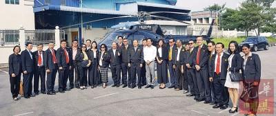 林伟才乘坐直升机,率领厂商联合会逾20名委员抵达武吉敏惹与厂商进行交流。