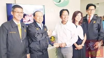 林伟才(左2)赠送纪念品予陈畐境(右3),左起黄英福、天源有限公司首席营运官郭伊能、执行董事陈秋村。