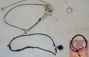 警方在死者身上找到金链、银链、银色戒指、平安绳,以及LOVE字和心型的链牌。